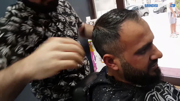 La storia di Sangar, il parrucchiere curdo che fa barba e capelli ai brindisini