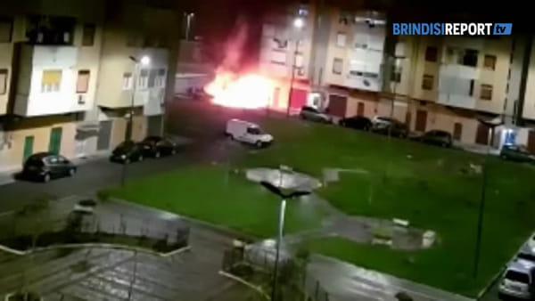 Auto in fiamme e scoppi in successione: momenti di paura in piazza Licini