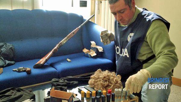Le armi, le cartucce, le parrucche e i passamontagna sequestrati