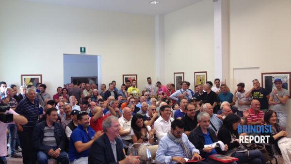 La folla presente alla conferenza