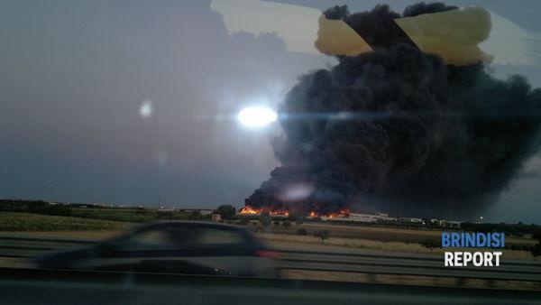 L'incendio del Centro casalinghi visto dalla superstrada Brindisi-Taranto