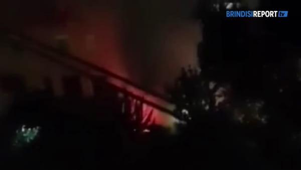 Paura nella notte: a fuoco due auto parcheggiate in cortile condominiale