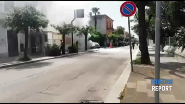 Auto in tilt: parte da sola, si incendia e finisce contro una facciata