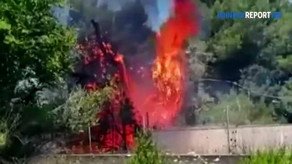 Doppio incendio a ridosso dell'incrocio: strada invasa dal fumo, traffico bloccato