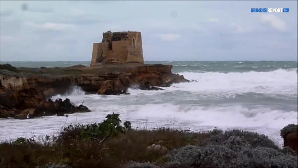 Burrasca forza 9. Il mare dà spettacolo sulla costa brindisina
