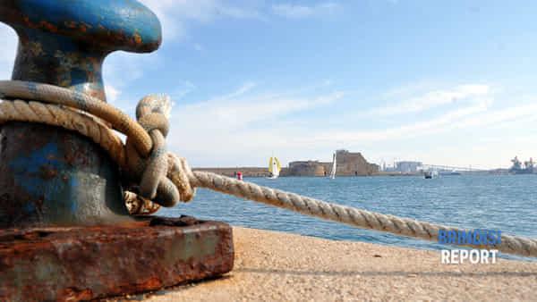 Una lunga salita attende Brindisi, ma la politica non pedala