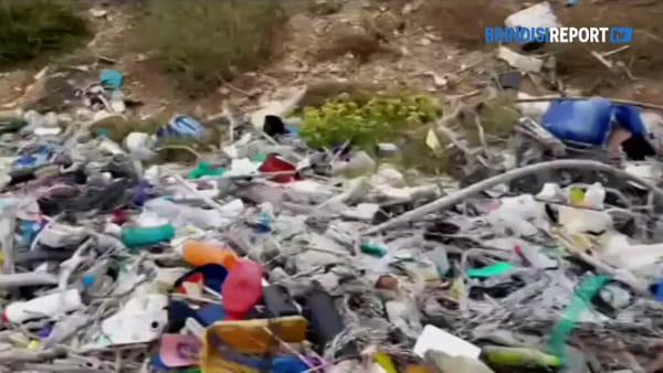 Un mare di rifiuti sull'arenile: operazione di pulizia, cittadini invitati a rimuoverli
