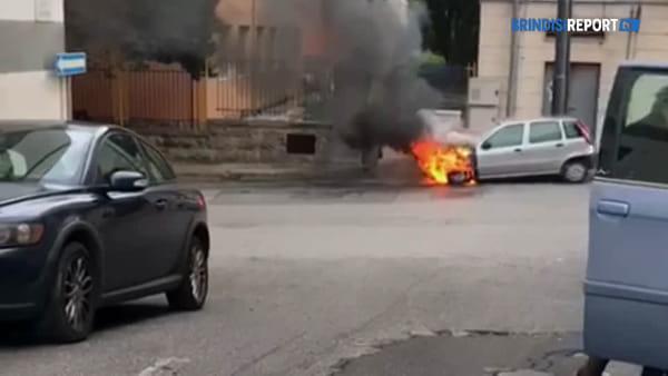 Auto in fiamme in pieno centro abitato: intervengono i vigili del fuoco