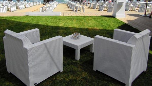 """Inaugurazione del primo """"dinner & show on the beach"""", l'appuntamento con la cena sul mare"""