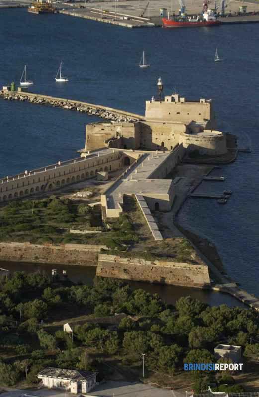 Il castello alfonsino e l'isola di S.Andrea