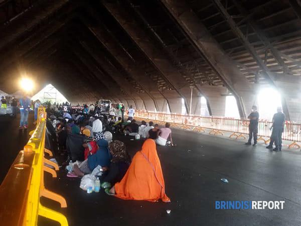 identificazione migranti a Brindisi-2