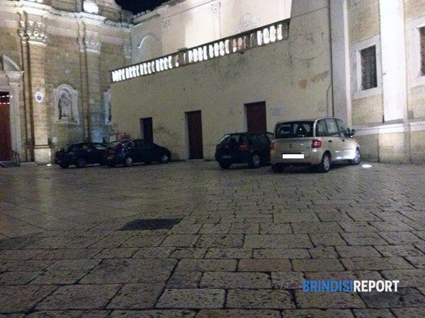 Auto in sosta in piazza Duomo 3-2