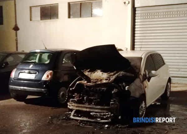 incendio auto cortile viale Aldo Moro Br-2