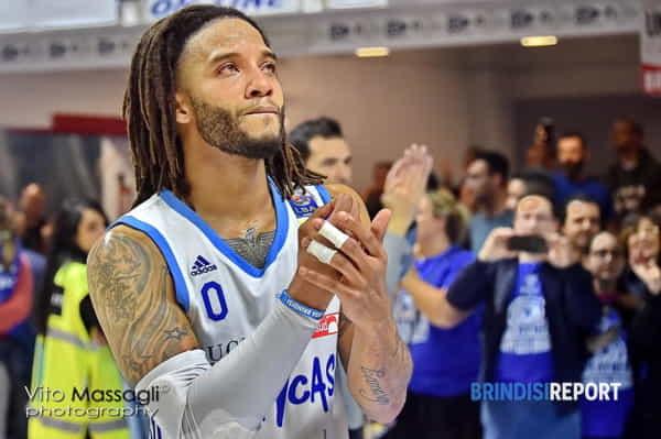 Adrian Banks saluta i tifosi dopo Sassari-2