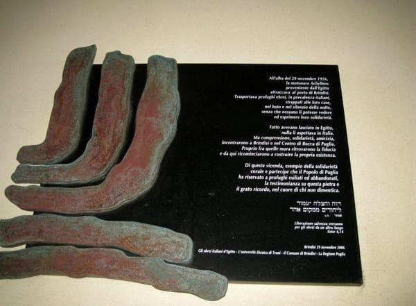 La lapide che ricorda, al Marina di Brindisi, l'approdo degli ebrei espulsi dall'Egitto-2