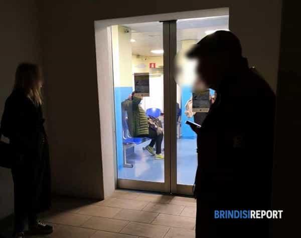 pronto soccorso ospedale Perrino di Brindisi - pazienti e personale con mascherine 2-2