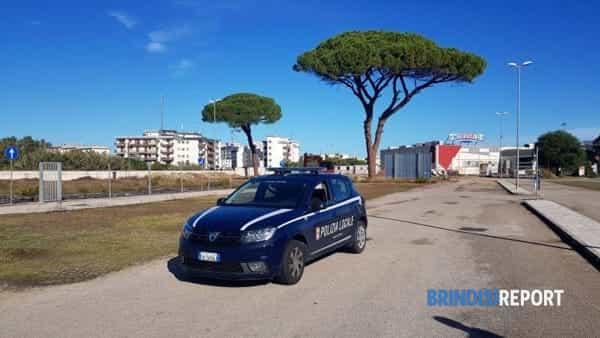 Una pattuglia della polizia locale di Brindisi vigila il sito dove si trova la bomba d'aereo-2