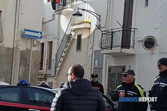 Carabinieri nei pressi dell'abitazione dove sono stati rinvenuti due cadaveri a Ceglie Messapica (3)-2