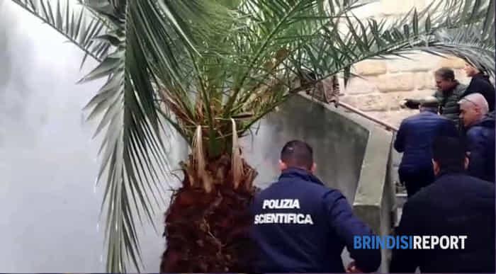 La Polizia scientifica nella casa dove è stato ucciso un cittadino nigeriano-3