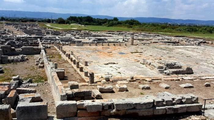 I resti dei portici della piazza di Egnazia-2