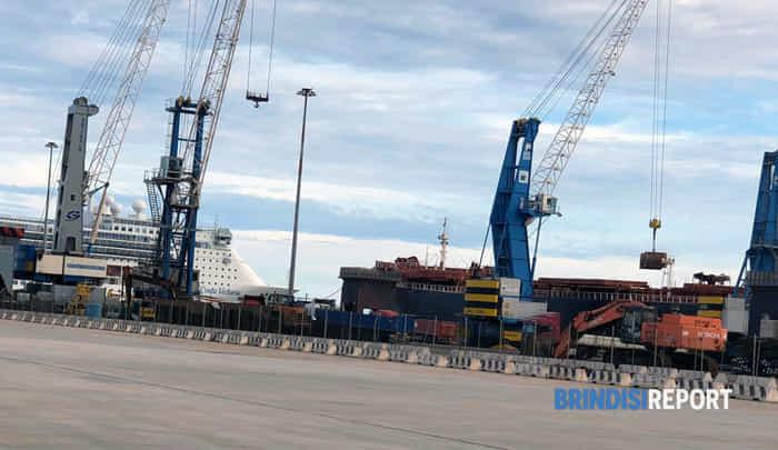 Movimentazione minerali ferrosi Arcelo Mittal al Costa Morena Est, porto industriale di Brindisi (2)-2-2