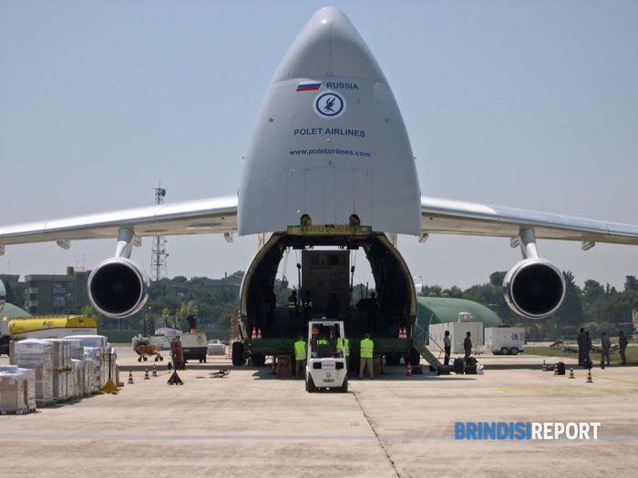 Un aereo da trasporto nella Base Onu di Brindisi