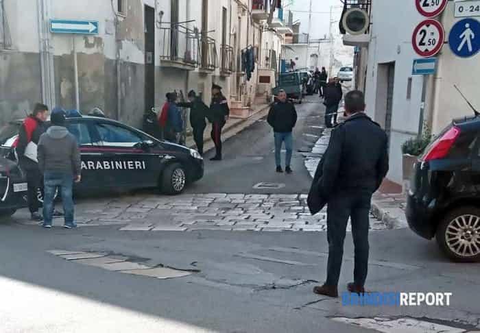 Carabinieri nei pressi dell'abitazione dove sono stati rinvenuti due cadaveri a Ceglie Messapica (2)-2-4