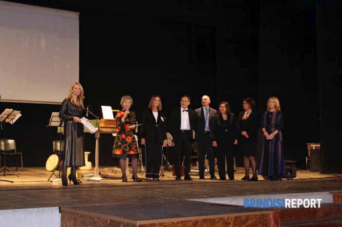 Gli organizzatori della serata di beneficenza sul palco del teatro-2