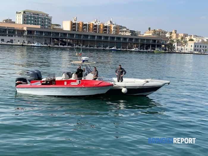 Il piccolo motoscafo che trasportava i 25 migranti-2