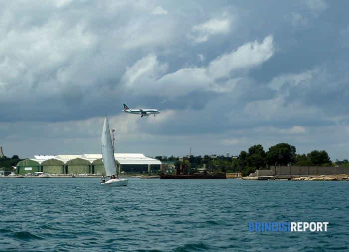 Un aereo in discesa sul porto medio di Brindisi-3